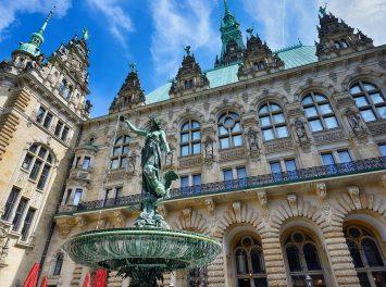 Hamburger Rathaus mit dem Hygieia Brunnen