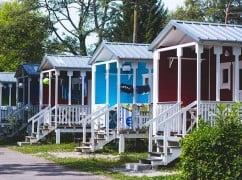 deutscher Campingplatz mit Holzhäusern